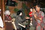 Bp Sarwono baru saja memberi bingkisan kpd Ibu Nia