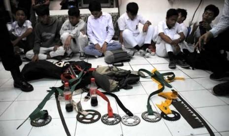 pelajar-yang-terlibat-tawuran-ditahan-petugas-kepolisian-beserta-barang-_120924145317-884