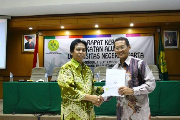 Penyerahan Dokumen Pengurus IKA UNJ dari Pengurus lama Endin Sofihara kepada Ketua Umum yang baru Taufik Yudi Mulyanto