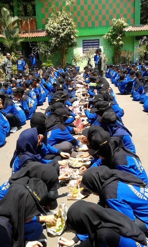 makan bersama di lapangan sekolah