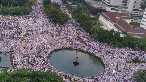 massa-demonstrasi-4-november-2016-oleh-berbagai-kalangan-umat-islam_20161105_205449